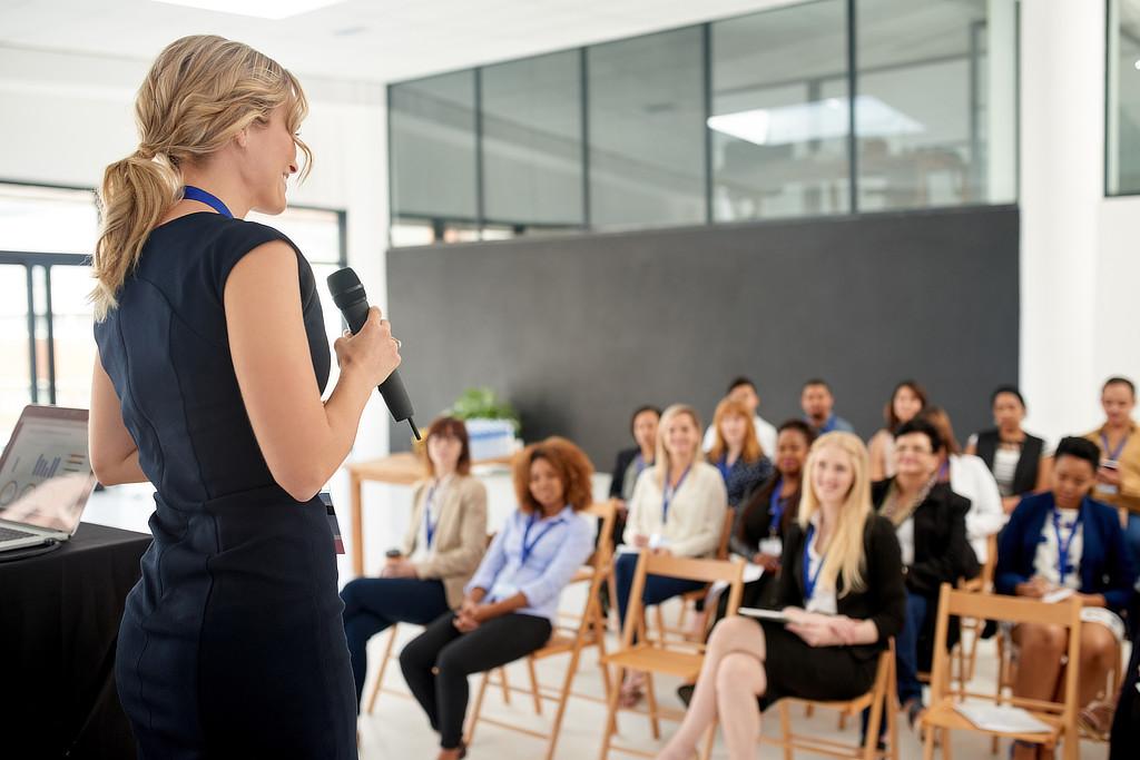 Trainingssituation, Seminar, interessanter Vortrag, Trainerin und Publikum